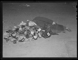 Uomo riposa dopo una notte di celebrazione della fine del proibizionismo, 1933. Fotografia di Leslie Jones