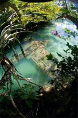 Aereo da guerra giapponese della seconda guerra mondiale in acque poco profonde al largo di Guam