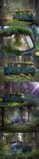 Autobus VW abbandonato che una volta era casa di qualcuno, nel profondo delle foreste della Norvegia