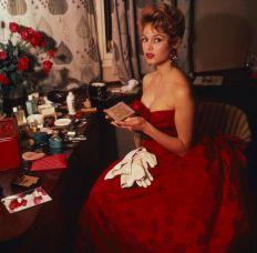 Brigitte Bardot prima di partecipare ad un ballo, 1957
