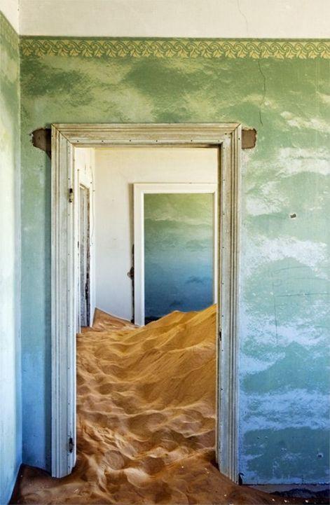 Città fantasma in Namibia chiamata Kolmanskop. La città fu abbandonata e ora la sabbia ha occupato alcuni degli edifici