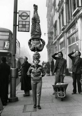 Due membri del Bertram Mills Circus camminano testa a testa a Londra, nel 1953