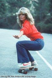 Farrah Fawcett che fa skate in 'Charlie's Angels, 1976