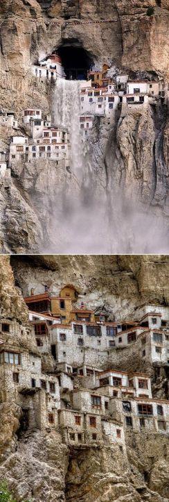 Monastero di Phugtal. La costruzione a falde a nido d'ape è una dimora di 70 monaci in Ladakh, in India