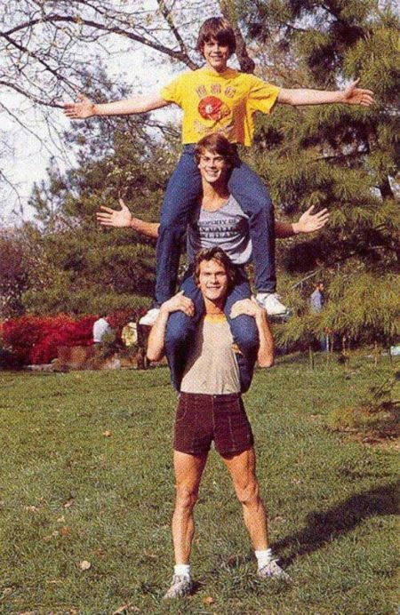 Patrick Swayze, Rob Lowe e C. Thomas Howell sul set di The Outsiders, 1983