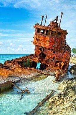 Questo è il famoso Shipwreck a Bimini, Bahamas. Bimini è popolare per il suo gruppo di isole che formano un amo da pesca. C'è anche un famoso relitto di nave situato su questa isola, la nave si chiama SS Sapona e questo attira turisti perché il relitto è visibile sopra l'acqua