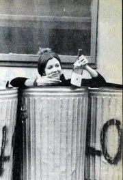 Carrie Fisher nella spazzatura con una bottiglia di vino, 1977