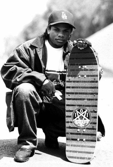 Eazy-E in posa con il suo skateboard, anni '80