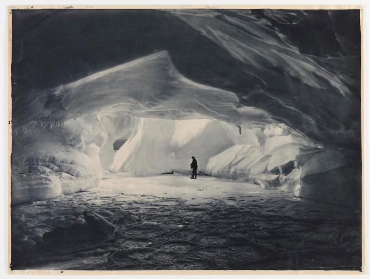 Caverna scolpita dal mare su un muro di ghiaccio vicino al Commonwealth Bay. Fotografia di Frank Hurley
