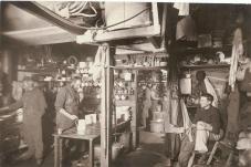 Membri della spedizione antartica australiana in cucina. Fotografia di Frank Hurley