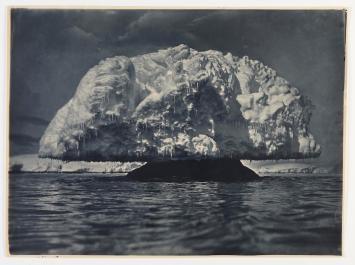 Formazione di ghiaccio a fungo, 1912. Fotografia di Frank Hurley