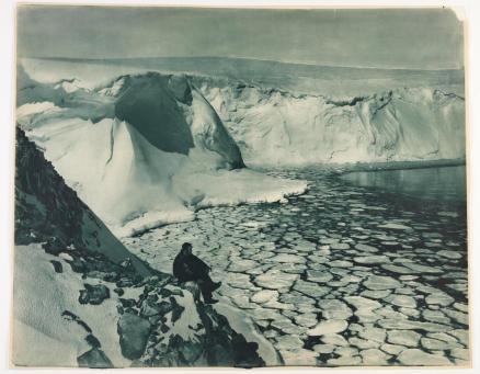 F. Bickerton si affaccia sul mare nei pressi del Commonwealth Bay. Fotografia di Frank Hurley