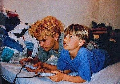 James Franco e Dave Franco giocano a videogiochi nei primi anni '90