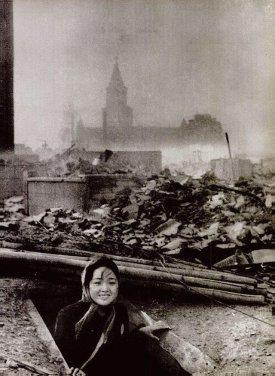 Una donna sopravvissuta al bombardamento atomico di Nagasaki, 1945