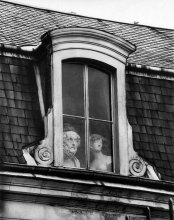 Una finestra sul Quai Voltaire, Parigi, 1928. Foto di André Kertész