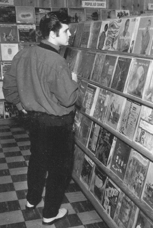 Elvis in un negozio di dischi, Memphis, 1957