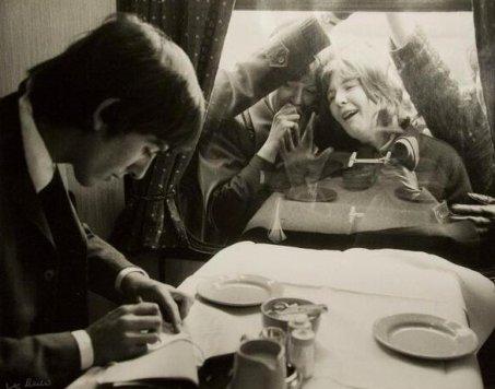 George Harrison firma autografi per i fan. Londra, 1964