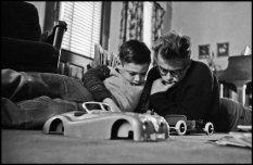 James Dean con suo cugino Markie, 1955. Fotografia di Dennis Stock