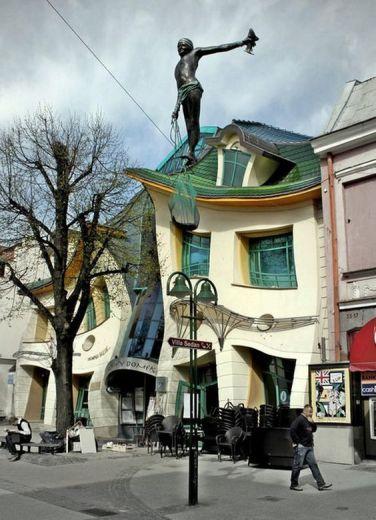 Krzywy Domek, tradotto come Crooked House, è un centro commerciale a Sopot, in Polonia progettato da Szotyńscy & Zaleski
