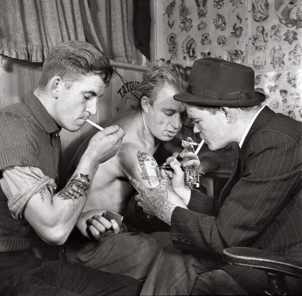 Uomini in un salone per tatuaggi, anni '20