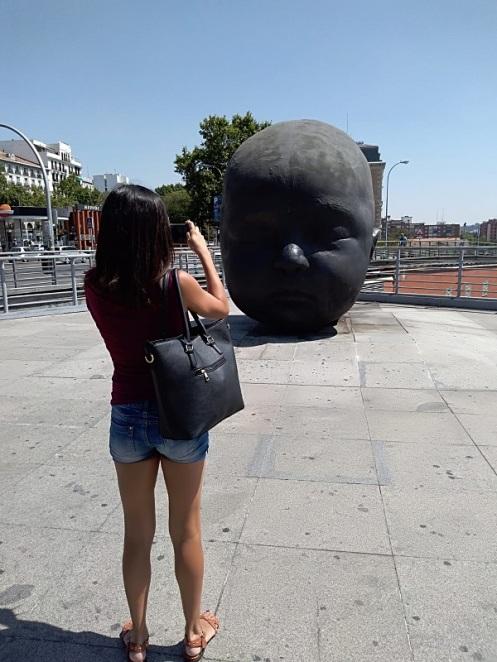 Madrid day-by-day - Cabeza de niño - (Noche) - L'Estación De Atocha ospita due sculture dell'artista Antonio López. Son due grandi teste di bambino, una chiamata giorno e una notte. Nella prima il bambino ha gli occhi aperti, nell'altra dorme