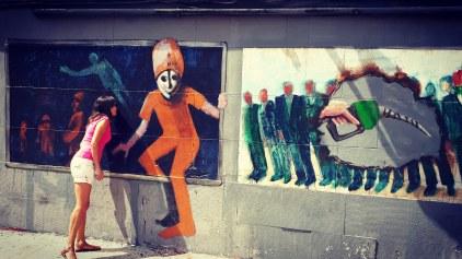 In cerca di murali per il quartiere Malasana. Le prime opere in cui mi imbatto sono di Yksuhc