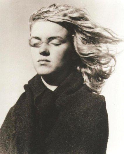 1946: fotografia della ventenne Norma Jeane Mortenson, poi diventata Marilyn Monroe