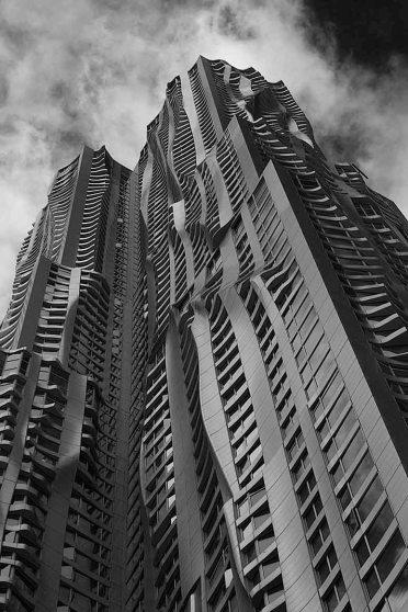 8 Spruce Street è un grattacielo di Manhattan a New York progettato dall'architetto originale Frank Gehry
