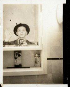 Frank Sinatra si fa un selfie allo specchio, 1938