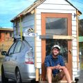 Il paesaggista James Lawler ha trasformato la parte posteriore della sua Toyota Prius in una delle più piccole case mobili di tutti i tempi