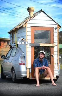 Il paesaggista James Lawler ha trasformato la parte posteriore della sua Toyota Prius in una delle più piccole case mobili di tutti i tempi.