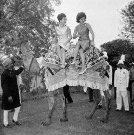 Jacqueline Kennedy appollaiata su un cammello - Karachi, Pakistan, c. 1962