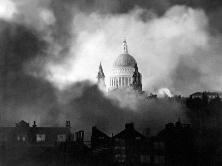 La cattedrale di St Paul rimane intatta dopo un raid a Londra durante il Blitz