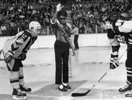 Michael Jackson lascia cadere il disco per una partita tra Vancouver Canucks e Pittsburgh Penguins. Vancouver, 1984