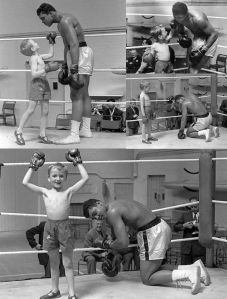 Muhammad Ali lascia che un giovane fan lo batta in combattimento, 1963