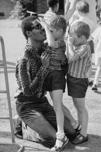 Stevie Wonder in visita a una scuola per bambini per non vedenti a Londra, 1970