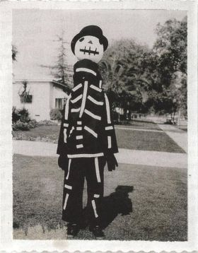 Tim Burton mostra un costume di Halloween realizzato da sua madre, 1967