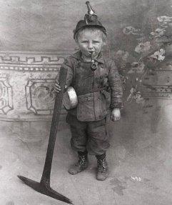Un minatore di carbone di 8 anni in Utah o Colorado, USA, nei primi anni del 1900