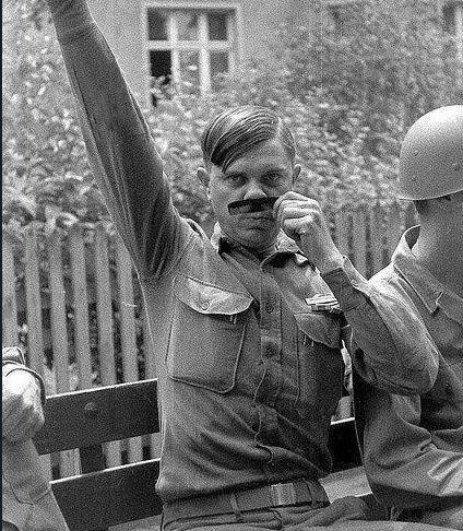 Un soldato degli Stati Uniti deride Hitler, Seconda guerra mondiale