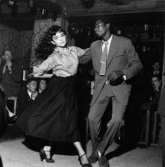 Una coppia balla in un club a Parigi nel 1951