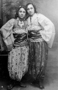 A sinistra Madre Teresa quando era un'adolescente zingara albanese, nel 1924