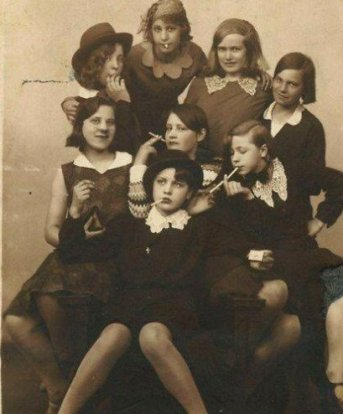 Adolescenti in posa da delinquenti, 1930