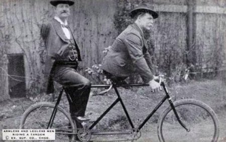 Charles B. Tripp, l'uomo senza braccia ed Eli Bowen, l'uomo senza gambe, in sella ad un tandem. 1890