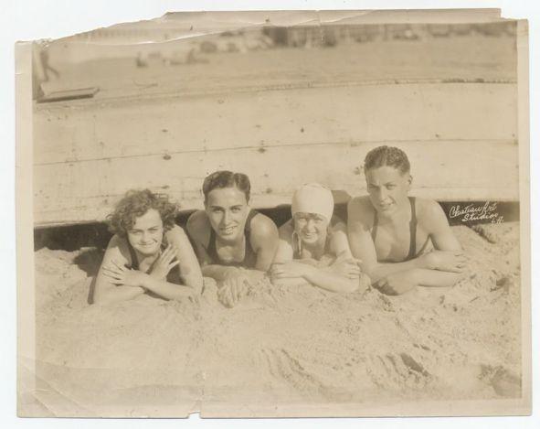Charlie Chaplin e i suoi amici in spiaggia, negli anni '10