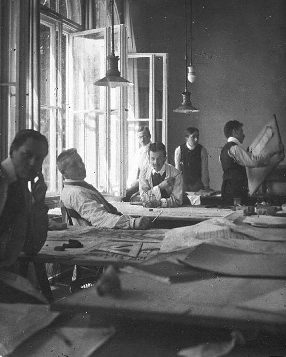 Cinque assistenti di Peter Behrens nel 1908 (da sinistra) Mies van der Rohe, Meyer, Hertwig, Weyrather (dietro), Krämer, Gropius (con le carte in mano)