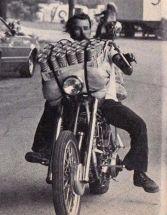 Corsa (con birre) su motocicletta, 1975