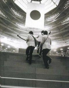 I Beatles salgono sul palco a Tokyo, in Giappone. 1966