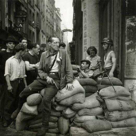I combattenti della Resistenza francese costruiscono una barricata a Parigi nel 1944