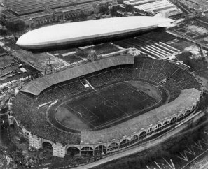 Lo Zeppelin naviga nello stadio di Wembley durante la finale della FA Cup del 1930 tra Arsenal e Huddersfield
