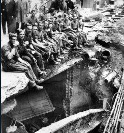Ingegneri dell'esercito britannico bevono il loro tè sul bordo di un cratere a Londra, nel 1940